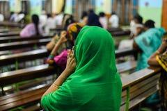 Kvinnor som ber jesus med bibeln i kyrklig be gud för pastor och för folk i kyrka royaltyfri bild