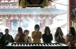 Kvinnor som ber på den Senso-ji templet Arkivfoto