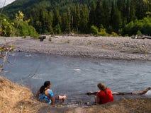 Kvinnor som blöter på en avlägsen flod Royaltyfri Fotografi