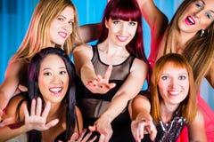 Kvinnor som dansar i diskoteket som har gyckel Fotografering för Bildbyråer