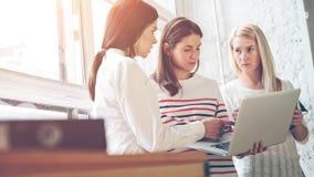 Kvinnor som diskuterar projektplan Öppet utrymmekontorsarbete arkivfoton
