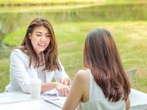 Kvinnor som diskuterar utomhus affär Royaltyfri Bild