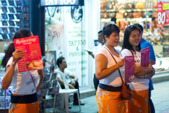 Kvinnor som erbjuder massage på gatan av Patong på natten Royaltyfri Foto
