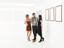Kvinnor som flörtar med mannen i konstgalleri royaltyfri fotografi