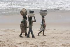 Kvinnor som går på stranden i Ghana royaltyfri bild
