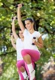 Kvinnor som gör aerobisk övning Arkivbild
