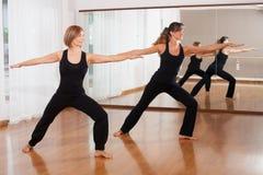 kvinnor som gör en kondition, exercisen i synchrony Royaltyfri Bild