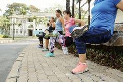 Kvinnor som gör ett ben, vänder om press-UPS arkivfoto