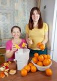 Kvinnor som gör ny orange fruktsaft Royaltyfri Foto