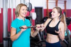 Kvinnor som gör powerlifting på maskiner Royaltyfri Fotografi