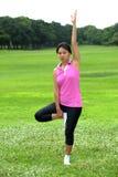 Kvinnor som gör yoga parkerar in Royaltyfria Bilder