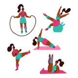 Kvinnor som g?r sportar Poserar av yoga, kondition med hopprepet, fitball som kickboxing Genomkörare i idrottshallen på vit bakgr royaltyfri illustrationer
