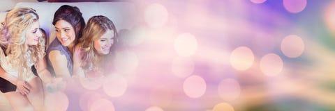 Kvinnor som har det roliga berömpartiet med mousserande ljusbokehövergång Royaltyfri Bild