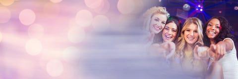 Kvinnor som har det roliga berömpartiet med mousserande ljusbokehövergång Arkivfoto