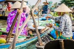 Kvinnor som har ett lunchavbrott på Mekonget River Arkivbild