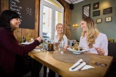 Kvinnor som har mat i restaurang arkivbild