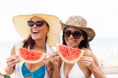 Kvinnor som har vattenmelon Royaltyfri Fotografi
