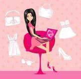 Kvinnor som inhandlar den online-produkten genom att använda hennes bärbar datordator Royaltyfria Bilder