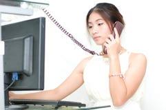 Kvinnor som kallar telefonen Royaltyfri Foto