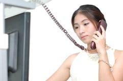 Kvinnor som kallar telefonen i kontoret Royaltyfri Foto
