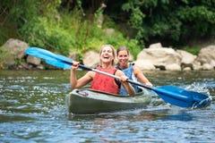 Kvinnor som kayaking Fotografering för Bildbyråer