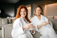 Kvinnor som kopplar av och dricker te arkivfoto