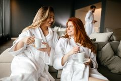 Kvinnor som kopplar av och dricker te royaltyfri bild