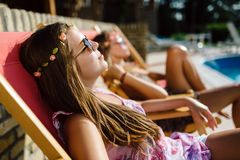 Kvinnor som kopplar av och solbadar i sommar arkivfoton