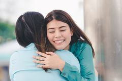 Kvinnor som kramar varje vän royaltyfria bilder