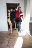 Kvinnor som lämnar en elevator Royaltyfria Bilder
