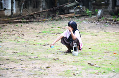 Kvinnor som långsamt häller ceremoniellt vatten på jordningen Arkivfoton