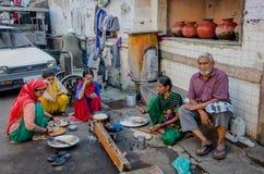 Kvinnor som lagar mat i gatan Royaltyfria Bilder