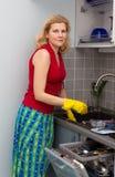 Kvinnor som lagar mat mat på kök Arkivbild