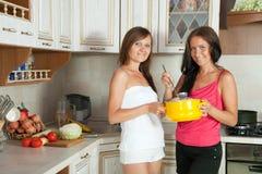Kvinnor som lagar mat på dem kök Fotografering för Bildbyråer