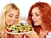 Kvinnor som lagar mat pizza. Royaltyfri Foto