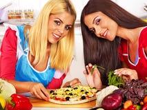 Kvinnor som lagar mat pizza. Arkivfoto