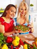 Kvinnor som lagar mat pizza Fotografering för Bildbyråer