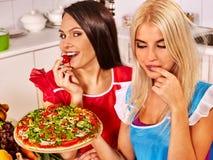 Kvinnor som lagar mat pizza Royaltyfri Bild