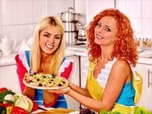 Kvinnor som lagar mat pizza Royaltyfria Bilder