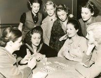 Kvinnor som leker kort arkivbilder