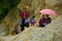 Kvinnor som ler under förälskelse, marknadsför festival i Vietnam Arkivbild