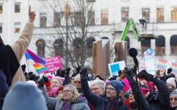 Kvinnor som lyfter deras händer i kvinnornas mars, en världsomspännande prote Royaltyfri Fotografi