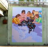 Kvinnor som lyssnar till den Elvis Music Mural On James vägen i Memphis, Tennessee Arkivfoto