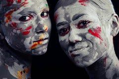 Kvinnor som målas med smink royaltyfri bild