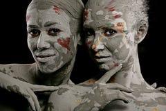 Kvinnor som målas med smink arkivbild