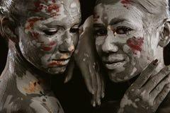 Kvinnor som målas med smink arkivbilder