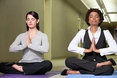 Kvinnor som mediterar i korridor arkivbild