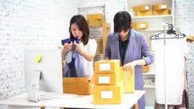 Kvinnor som packar gods i askar lager videofilmer