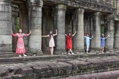 Kvinnor som poserar på den forntida Preah Khan templet i Angkor, Cambodja Royaltyfria Foton