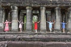 Kvinnor som poserar på den forntida Preah Khan templet i Angkor, Cambodja Arkivbild